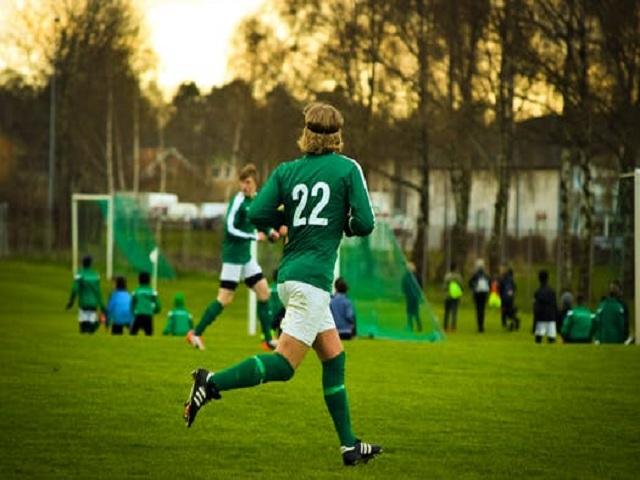 Fotbollsspelare i grön tröja